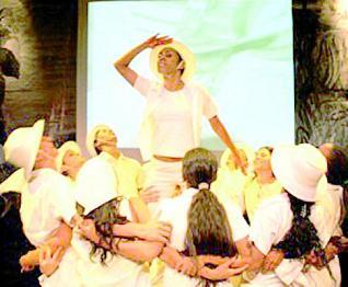 Por la izquierda, los artistas levantan en volandas a un compañero en un momento del espectáculo. A la derecha, una pareja baila la música de sus compañeros. En el recuadro, Carmen Bascarán. centro de defensa de la vida y derechos humanos
